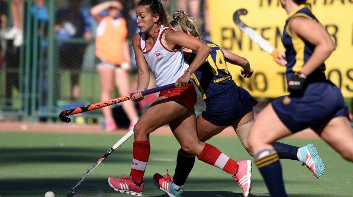Ataque. Julieta Acosta (con la bocha) marcó en la ida y es la principal referencia en la delantera de Provincial.