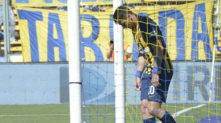Enredado. Zampedri es el actual goleador canalla y hoy enfrentará a su ex club.
