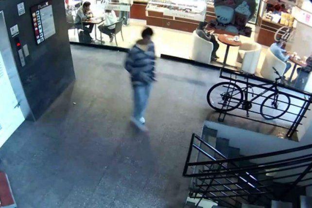 El robo de las vecinas quedó registrado por las cámaras.