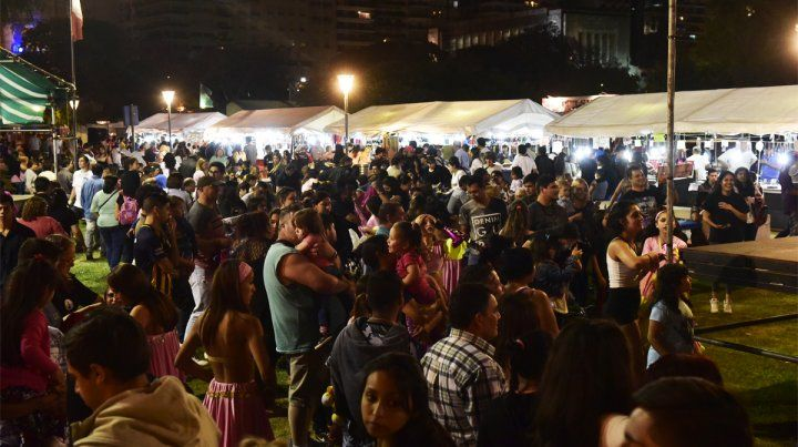 Una multitud. Los rosarinos dijeron presente en el comienzo de la Fiesta de Colectividades.