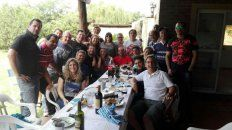 Los egresados del Politécnico y sus familias, en uno de los tantos encuentros que, asado de por medio, disfrutaban en compañía.
