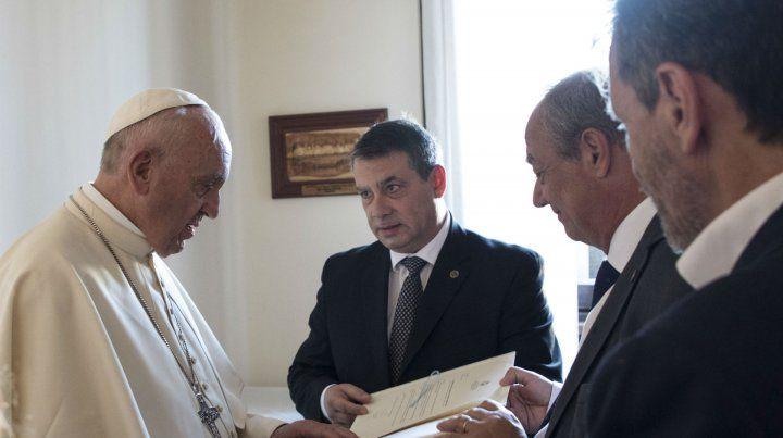 Guillermo Whpei le presentó al Papa el documento y firmó un convenio con Scholas Ocurrentes.