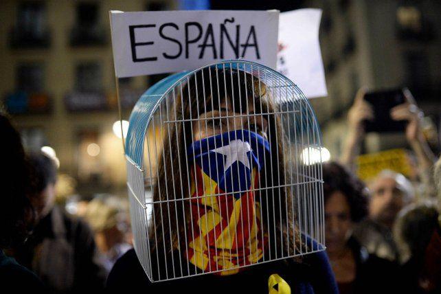 Singular Protesta. Una catalana manifiesta contra la decisión del Ejecutivo español de detener a Puigdemont.