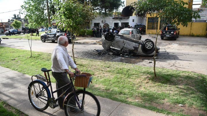 El auto que causó la tragedia fue volcado por los vecinos frente a la comisaría 30ª