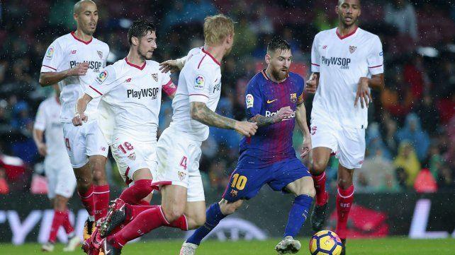 Rodeado. Messi padeció el asedio de los marcadores sevillanos.