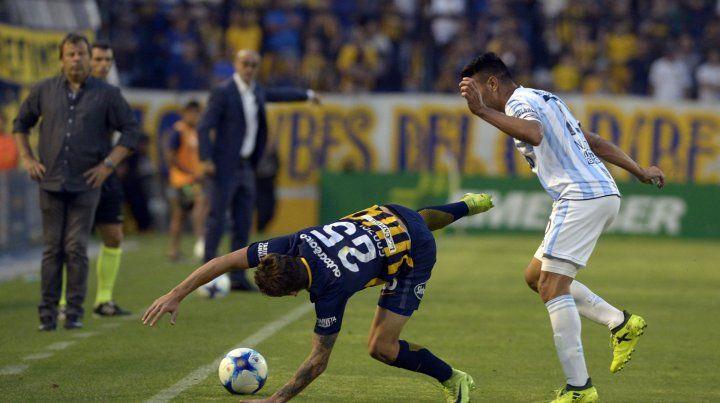 Por el piso. Maxi González no hace pie y se cae. Lo mismo le sucede a Central.