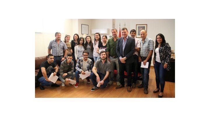 Beneficiarios. Los jovenes de San Lorenzo junto al intendente.