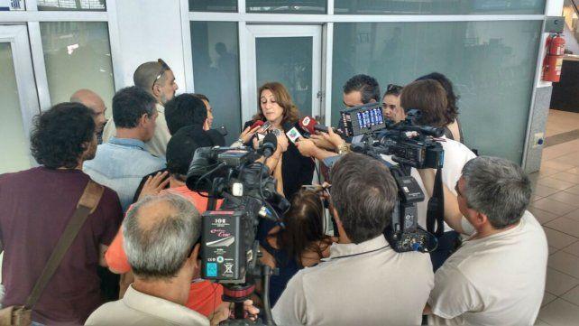 La intendenta habló con la prensa desde el aeropuerto.