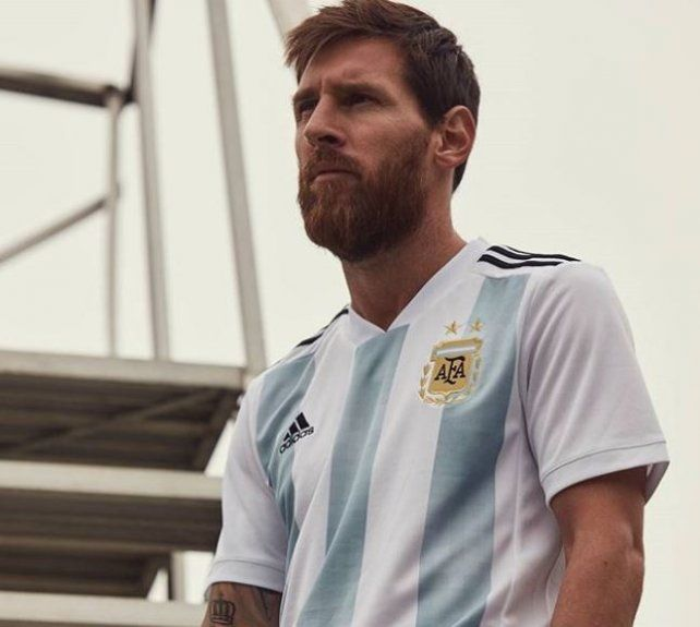 Messi presentó la nueva camiseta argentina que utilizará la selección en el Mundial