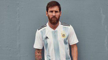 messi presento la nueva camiseta argentina que utilizara la seleccion en el mundial