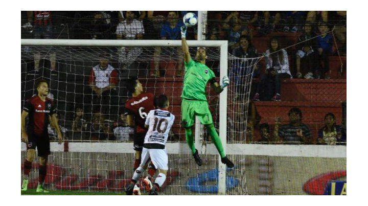 Lucho Pocrnjic se queda con autoridad con el balón en lo alto. Fue una de las figuras del partido en Paraná.