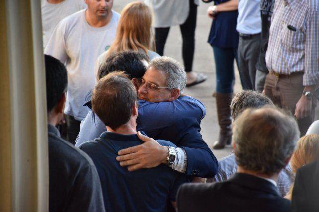 Saludo fraternal. Juan Pablo Trevisán recibe el abrazo contenedor de sus amigos.