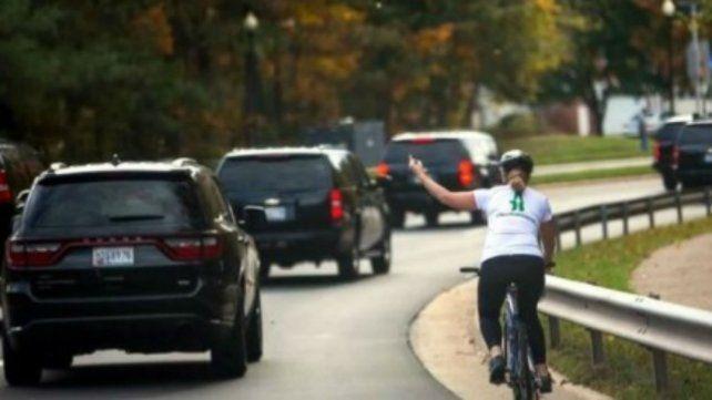 Hizo un gesto obsceno a la comitiva de Trump, la foto se viralizó y la despidieron