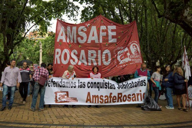 Los docentes de Amsafe Rosario se concentraron esta mañana en la plaza 25 de Mayo.