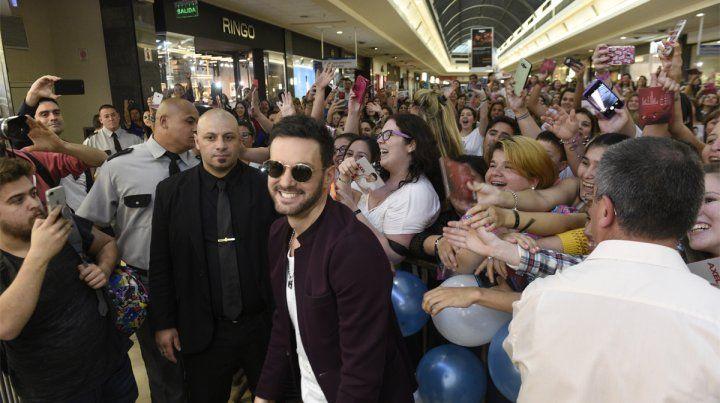Locura. Las fanáticas vibraron con Axel en el Portal Rosario Shopping.