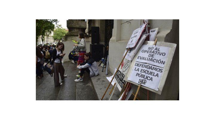 Protesta. Gremios docentes y alumnos secundarios hicieron visible ayer en Rosario su disconformidad con el operativo nacional de evaluación.