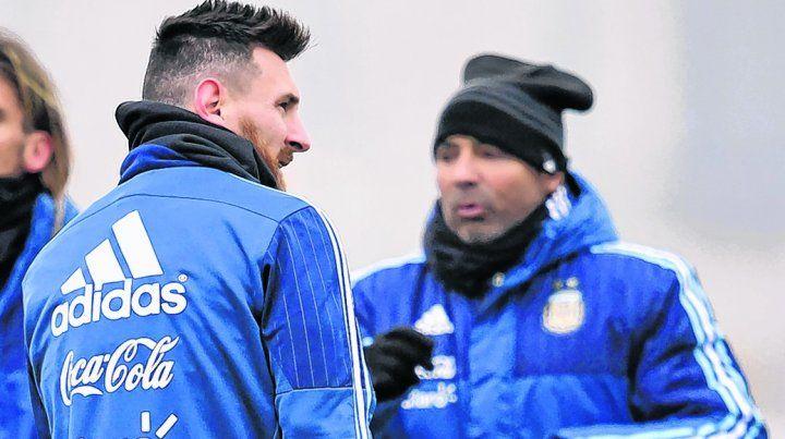 Charla previa. Messi y Sampaoli dialogan