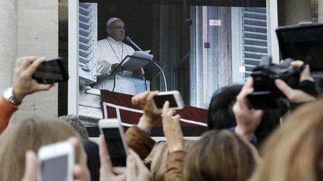 El Papa alertó contra el uso de celulares durante la misa.