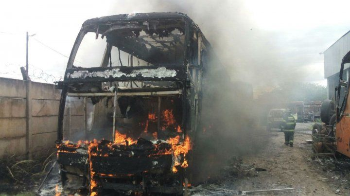 El ómnibus terminó consumido por las llamas.