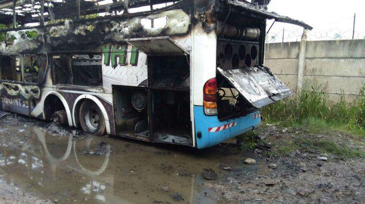 El colectivo quedó totalmente destruido por el fuego.