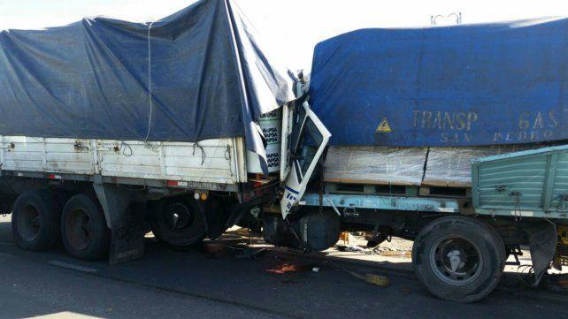 Dos camiones colisionaron en la autopista.