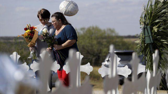 Residentes de Sutherland Springs depositan flores en un memorial cerca del templo.