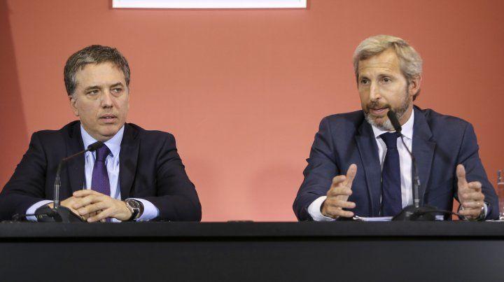 Los ministro Rogelio Frigerio y Nicolas Dujovne tras la reunión del presidente Mauricio Macri y los gobernadores.