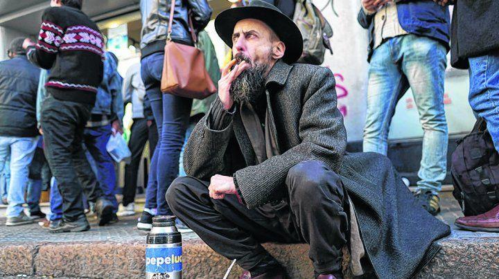 yerba hay. Un hombre aguarda su turno frente a una farmacia de Montevideo para comprar cannabis.