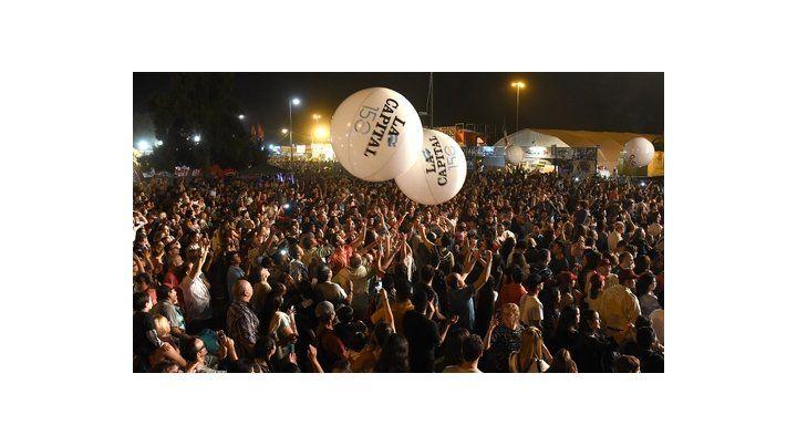 Diversión multiplicada. Una de las principales atracciones de la noche fueron las pelotas gigantes que pasaron por las manos de todos los asistentes.