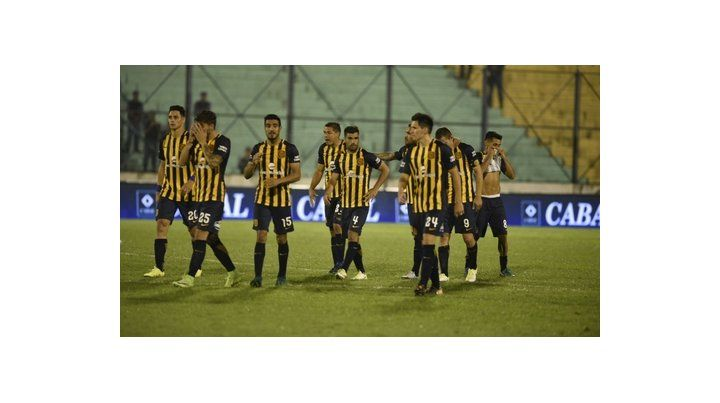 Despedida en Formosa. Los jugadores y la tristeza tras la eliminación a manos de Atlético Tucumán.