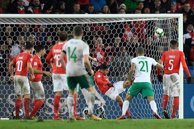 Ricardo Rodríguez despeja debajo del arco y otra vez es el héroe suizo de las eliminatorias.