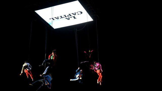 Seis acróbatas brillaron en el aire en el aniversario de La Capital.