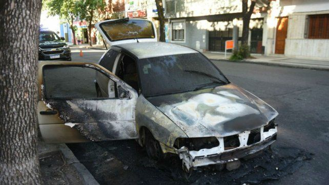 Iba manejando y se le incendió el auto en barrio Abasto