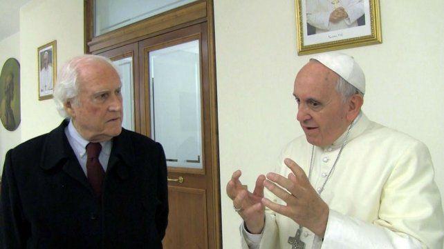 El Papa junto al senador y cineasta Pino Solanas.