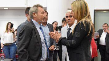 Vila dialoga con León.