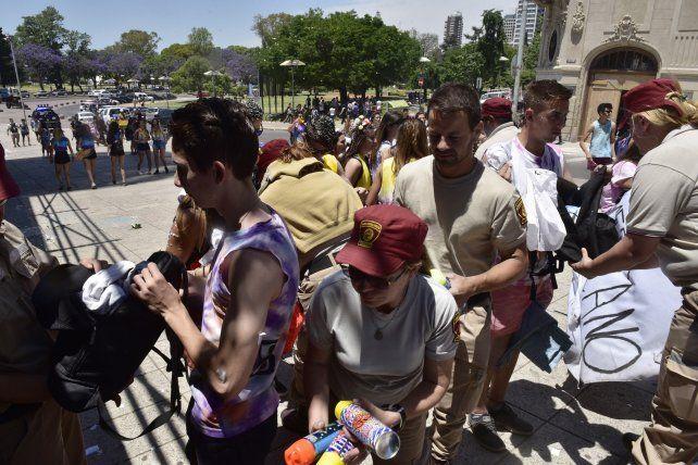 Incautaron 900 litros de alcohol y pirotecnia en el banderazo estudiantil