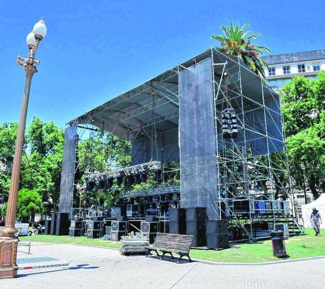 hermetismo al aire libre. El escenario montado en la plaza San Martín desde el martes generó un gran misterio.