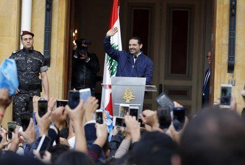 Hariri saluda a sus seguidores tras su llegada al país.