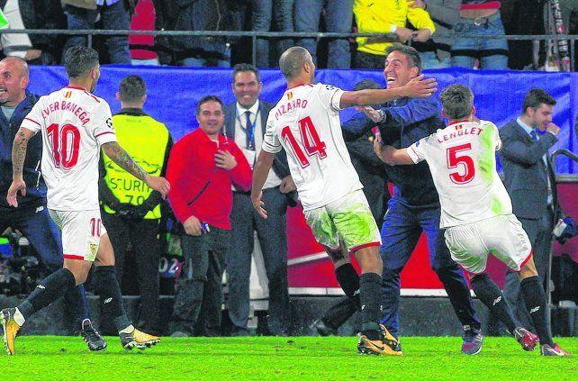 Gol y empate. Pizarro corre a abrazar a Berizzo al marcar el 3-3 contra el Liverpool.