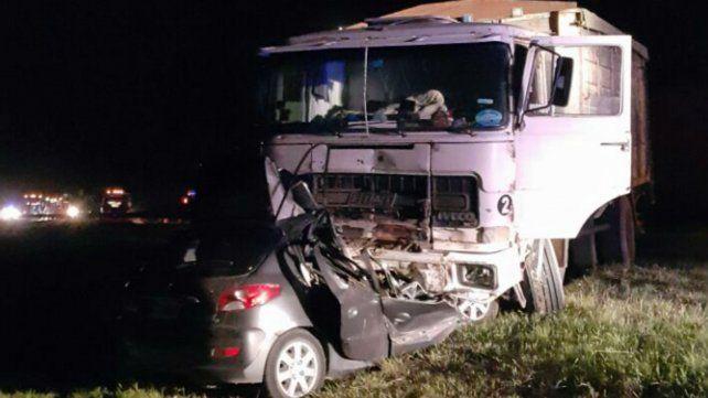 Imagen elocuente. El camión arrastró al auto casi 200 metros.