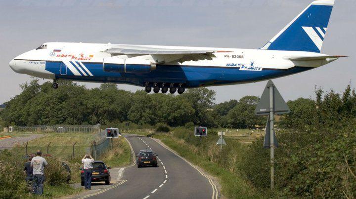 La enorme silueta del Antonov 124 durante un aterrizaje. Por mar llegará un buque nodriza.