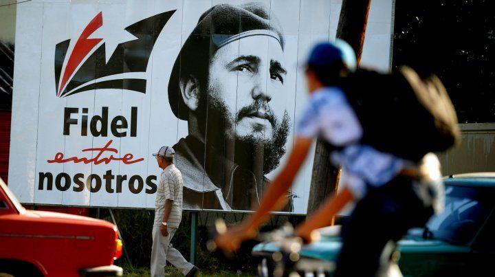 Aniversario. Un póster de Fidel Castro luce en las calles de La Habana