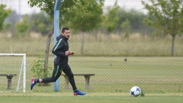 Por izquierda. Fernández jugará en el lateral por una molestia del chileño Parot.