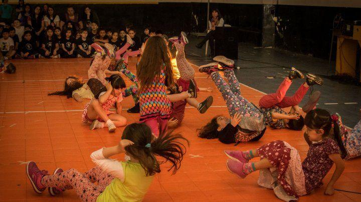 Nenas y nenes de la Primaria Nº 96 protagonizaron una muestra sobre Danza en la escuela.