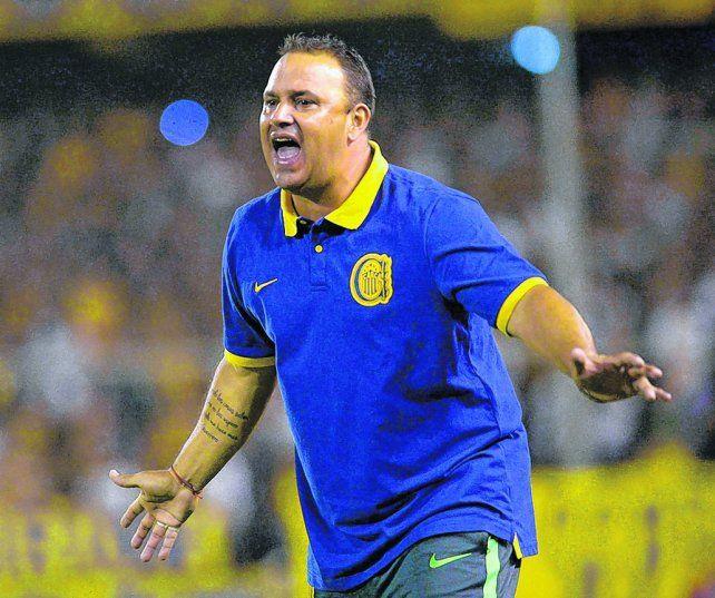 Garra canalla. Leo Fernández vivió el partido con mucha pasión. El técnico canalla es interino pero trabaja para seguir.