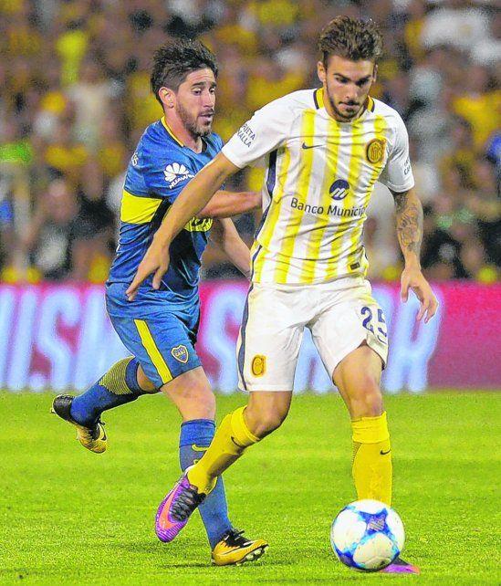 Ganó la batalla. Maxi se la lleva y deja atrás a Pablo Pérez. El volante canalla fue la figura del triunfo ante el líder.