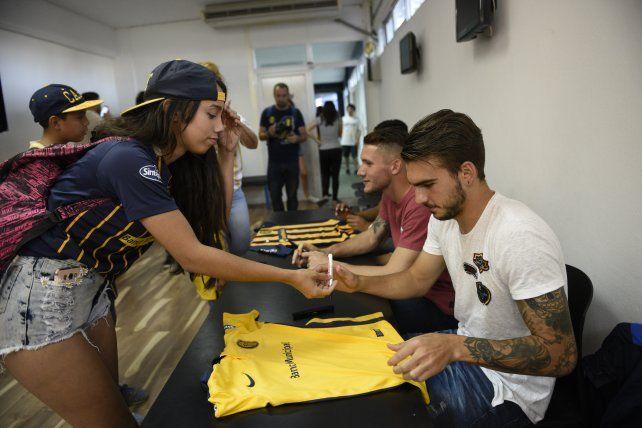 Joaquín Pereyra y Jeremías Ledesma firmaron autógrafos para los hinchas.