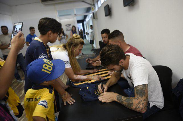Joaquín Pereyra, Jeremías Ledesma y Leonel Riva firman autógrafos y camisetas a los hinchas. <br>