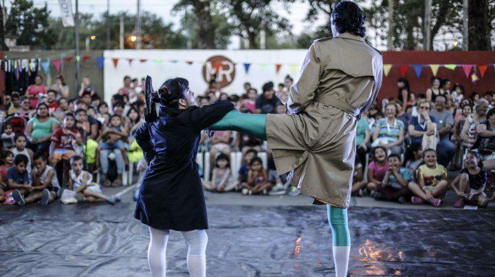 La escuela municipal de artes urbanas mostró su proyecto de circo de barrio en el festival Payasadas.