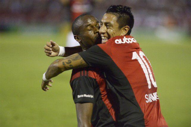 Leal y Sarmiento se abrazan tras el primer gol de la lepra.